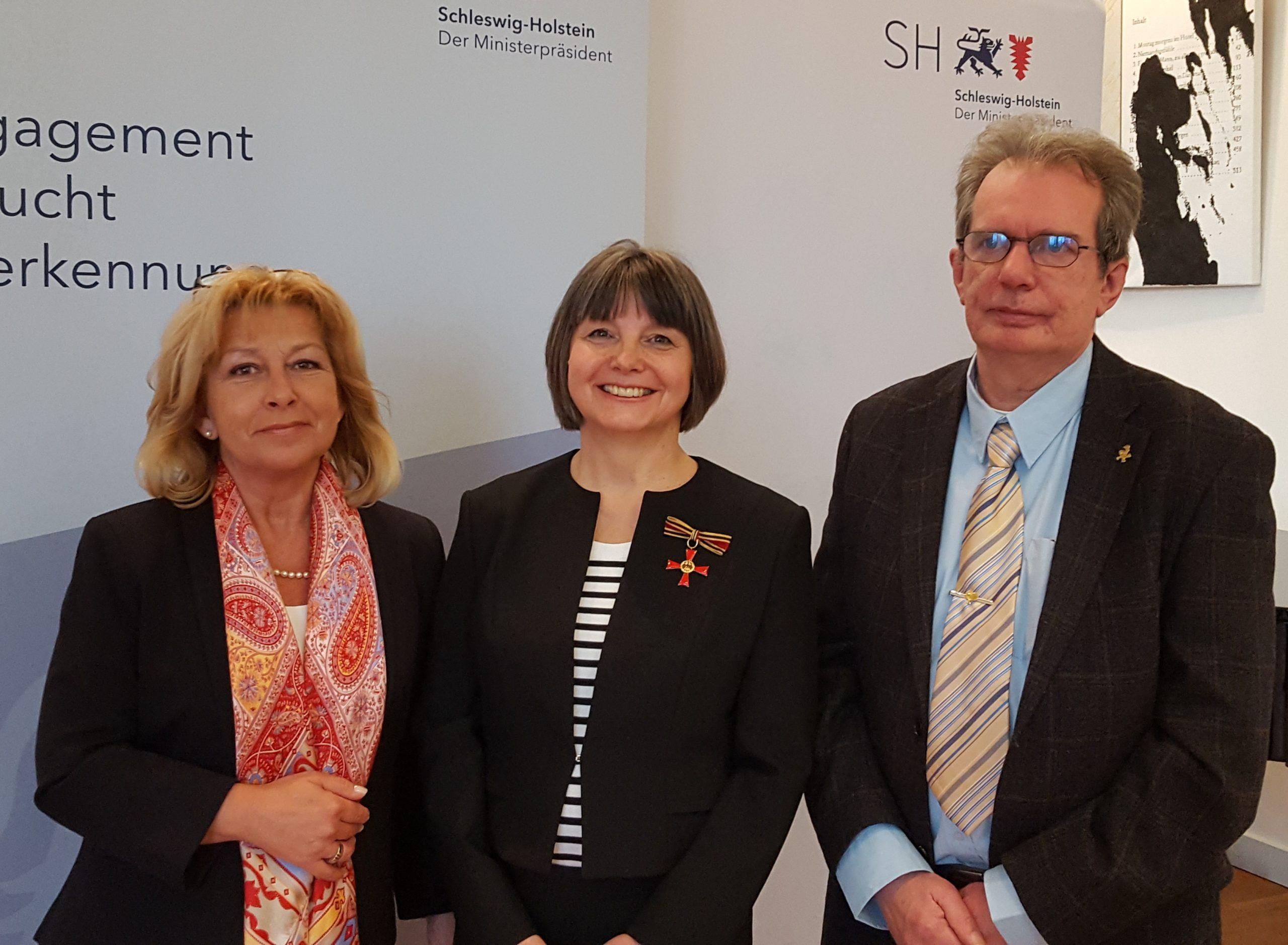Bürgermeisterin Andrea Kummerscheidt und Stellvertreter Kay Eggers gratulierten im Namen der Stadt Garding gleich nach der Ehrung